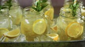 juntar : Beverage tray with with iced tea with citrus. Stock Footage