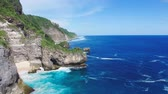 helicóptero : Aerial video of cliffed coast line and ocean. Bukit Peninsula Bali, Indonesia.