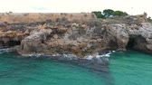 gruta : Rocky beach with grottoes and stone wall of the Fort. Vídeos