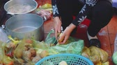 místní : Vietnamese woman cooking food on the boat