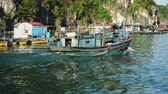 woonboot : A Vietnamese Fishing Boat At The Base Of Cliffs In Halong Bay