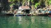 woonboot : Floating Fishing Village In The Ha Long Bay. Cat Ba Island, Vietnam.