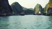 wyspa : Floating Fishing Village In The Ha Long Bay. Cat Ba Island, Vietnam.