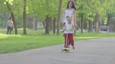 kinderen lopen : Mom and daughter Stockvideo