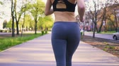 бегун : Girl doing morning run in the park early in the morning