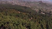 scenérie : Birds eye view. The camera goes down - on a coniferous forest and a beautiful road in the mountains, along which cars travel through the trees high up the ridge Dostupné videozáznamy