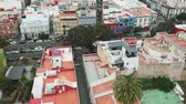 çatılar : Aerial view of Las Palmas de Gran Canaria - narrow streets and colorful houses, old architecture Stok Video