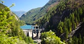 ассортимент : Water Dam & Idyllic Lake, Mountain Forest Scenic Стоковые видеозаписи