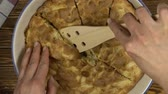 pronto : Hand with knife cutting appe pie