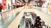 sexta feira : Christmas decorated shopping center with two floors and buyers. Christmas crowd of people on black friday with big sales. Loopabe Timelapse Loopable Vídeos