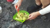 ręka : Cooking in wilderness Wideo