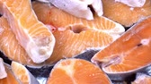 организованный : Salmon steaks and salmon fillet. Fresh salmon steaks and fillet are laid out on ice. Стоковые видеозаписи