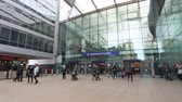 chegar : A slow motion recording of passengers entering and leaving Manchester Piccadilly Station in Northern England. Vídeos