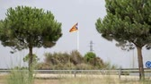 resmi olmayan : Flag of spanish independence movement of Catalonia, called Estelada, in a roundabout street near Barcelona, ??Costa Brava, Catalunya, Spain.
