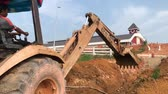 tozlu : Muadzam Shah, Malaysia - July 4th,2018 : Excavator work on new construction sites. Stok Video