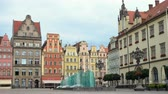 базарная площадь : WROCLAW, POLAND - JULY 17, 2017: view of main square Rynek of polish city Wroslaw at the morning time July 17, 2017 Стоковые видеозаписи