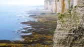 normandiya : rocky cliffs and the sea Stok Video