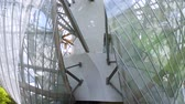 őszinte : PARIS, FRANCE - APRIL 10, 2018: The Fondation Louis Vuitton at the Bois de Boulogne