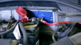 hoparlörler : Electric wiring on car accumulator for audio amplifier Stok Video
