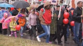 "medaille : Rusland Berezniki 9 mei 2018: Victory Day - ""March of the Immortal regiment"". Velen lopen met vlaggen en portretten van hun familieleden die hebben deelgenomen aan de oorlog. Stockvideo"