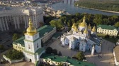 православный : Golden Domed Cathedral in the center of Kyiv. It is a functioning monastery in Ukraine Стоковые видеозаписи