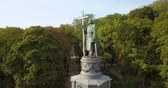 православный : Aerial view to statue of St. Volodymyr in the city park Volodymyrska Girka, the baptist of Kyiv Rus is a symbol of the city of Kyiv. Ukraine Стоковые видеозаписи