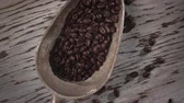 kahve çekirdeği : seamless looping Roasted Coffee beans in Scoop Stok Video
