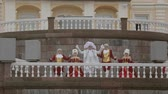 šlechta : Men and lady in historical old royal dresses, in white periwigs walk on marble plinth. Event. Slow motion