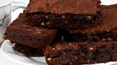 zacht : Plaat vol chocolade brownies Stockvideo