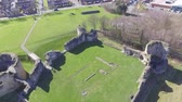 к северу : Aerial footage flying over Flint Castle in North Wales on a bright spring day. Стоковые видеозаписи