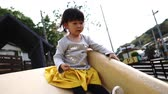 dětské hřiště : Asian twins playing on the slide