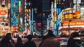 Япония : 4K UHD time-lapse of crowded people crossing road and car traffic at Kabukicho, entertainment nightlife zone and red-light district in Shinjuku Tokyo. Japan tourism or Asia tourist attraction concept