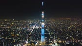 voyage affaire : 4K UHD Hyperlapse time-lapse aerial view of Tokyo Skytree and Japan cityscape at night. Japan tourism landmark, Asia travel destination, or modern building architecture concept