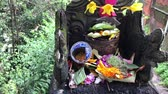 oltár : Balinese hindu altar with traditional offerings to gods. Tropical island of Bali, Indonesia.