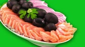 előkészített : Salmon chopped on flat pieces adorned with black olives and onions