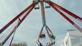 movimento circular : swing ride in amusement park