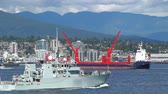 vinç : v2. Canadian Navy ship passes by in Vancouver Harbor. Industry background.