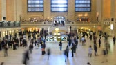 неузнаваемый : v1. Time lapse of Grand Central Station pedestrian traffic using a tilt shift lens. Стоковые видеозаписи