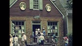 vista aérea : Williamsburg, Virginia, United States - in 1980: The historical colonial Williamsburg Historic Area of USA in 80s archival . Buildings from 1699 to 1780 with actors in 1700 dress and tourists.