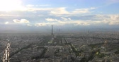 parisiense : Parisian panorama aerial view of Paris skyline with the Tour Eiffel tower and national residence of the Invalids palace. Top of the Tour Montparnasse tower of Paris city, in France.