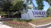 caído : Sunnyvale, California, United States - August 12, 2018: Yahoo Headquarters with American Flag and Yahoo icon.Yahoo is a company providing internet services founded in 1994 by David Filo and Jerry Yang