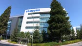 próximo : Mountain View, United States - August 13, 2018: Samsung Research America building in Silicon Valley, California. SRA is a research and develop division for new technologies of Samsung. Stock Footage