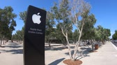silício : Cupertino, CA, United States - August 12, 2018: Apple sign of the new Apple store of Apple Park Visitor Center in Tantau Avenue of Cupertino, Silicon Valley, California.