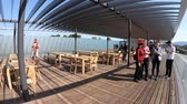 кремний : Cupertino, CA, United States - August 12, 2018: tourists enjoying the view of Apple Park with futuristic Campus from Roof Terrace of Apple Park Visitor Center in Silicon Valley, California. Стоковые видеозаписи