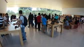silício : Cupertino, CA, United States - August 12, 2018: interior with many customers in the new Apple store and Headquarters of Apple Park Visitor Center, Tantau Avenue, Cupertino, Silicon Valley, California