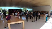 кремний : Cupertino, CA, United States - August 12, 2018: interior with customers in the new Apple store and HQ of Apple Park Visitor Center, Tantau Avenue, Cupertino, Silicon Valley, California