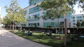 caído : Sunnyvale, California, United States - August 13, 2018: outdoor dining area at Tech Corners, the new Google HQ Campus in Sunnyvale, Silicon Valley, San Francisco Bay. Building TC1. Stock Footage