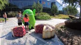 реплика : Mountain View, CA, USA - August 13, 2018: little tourists paying with Android Nougat at Googleplex in Google headquarters.