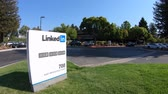 caído : Mountain View, CA, United States - August 13, 2018: Linkedin Corp Sign at 700 East Middlefield Road, new Linkedin company campus HQ in Silicon Valley. Linkedin connects the worlds professionals