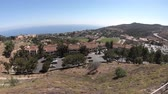 univerzita : Scenic landscape of Pacific Coast in California. Panoramic aerial view of American university in Malibu, Unites States. The campus on the hills overlooking the Pacific Ocean.